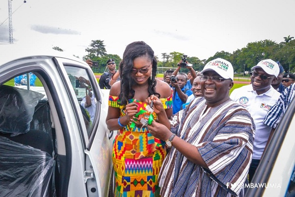 Vice President Mahamudu Bawumia presenting the gift car to the 2019 Best Teacher