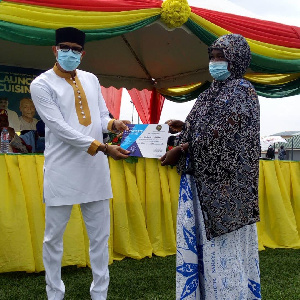Mustapha Hamid handing over one of the certificates