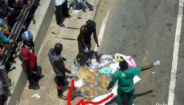 Eyewitnesses at the scene to help victims of the accident