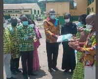 Mrs Hannah Owusu-Koranteng handing over the items to the Headmistress of TARSCO
