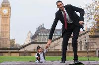World's shortest man meets world's tallest man