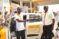 Jerry Boachie Danquah, Vivo Energy Marketing Manager presenting a prize to an award winner