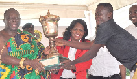 Otumfuo Osei Tutu II presenting the trophy to Vincent Torgah