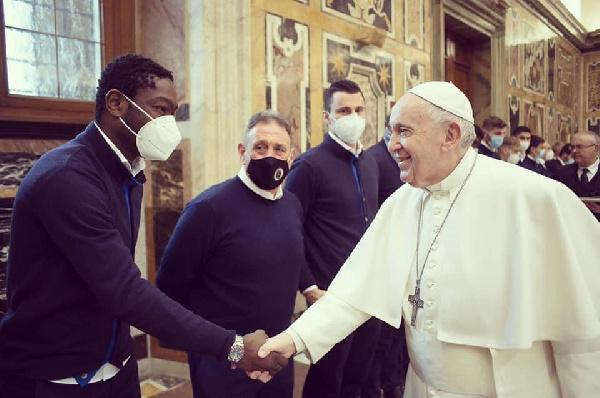 Ghanaian forward Emmanuel Gyasi meets Pope Francis