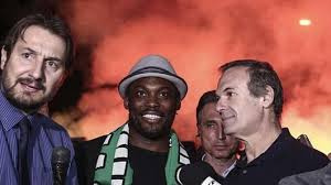 Essien with officals of Panathinaikos