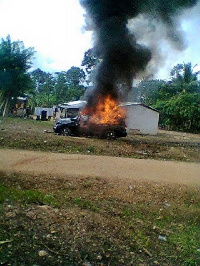 Youth of Bredi burnt down a vehicle in Kintampo