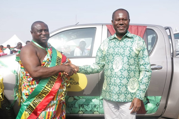 COCOBOD Boss presents the keys to the vehicle to Mr. Charles Gyamfi