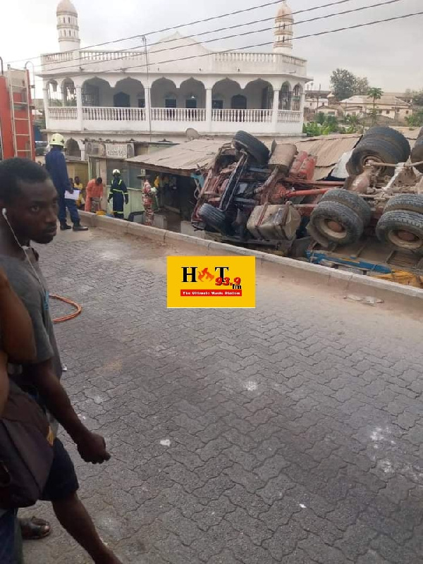 W/R: Driver's mate dies as trailer loaded with bags of cement overturns at Inchaban. 4