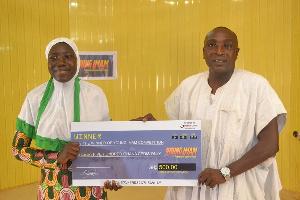 Nuratu Musah receiving her cash prize