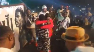 Shatta Wale hugged the fan after he presented the artwork to him