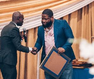 D Black receiving his fake UN-Kofi Annan award from Dr UN