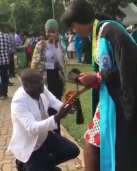 The lady's boyfriend garnered courage to pop the question on her graduation day