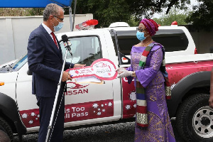 MD of APL-Nissan Ghana, Mr Accad handing over the keys to Chair of the COVID-19 Trust Fund