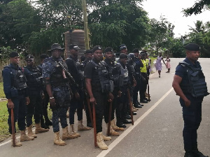 Armed police personnel arrived on time to prevent a near-chaotic situation