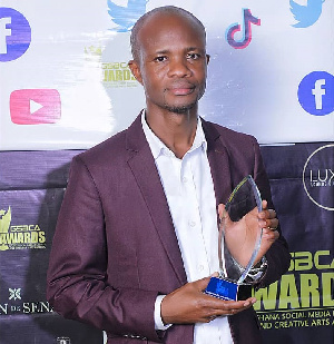 Eric Kwaku Vlidzo with his plaque