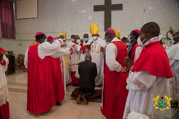 Over 15 pastors surround Akufo-Addo as he kneels down for prayers