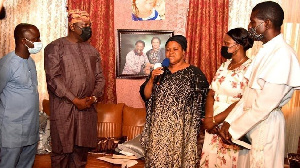 Mrs Joshua (wit mic) as she receive condolence visit from Lagos govnor