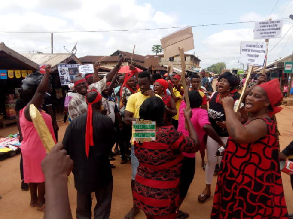 Wenchi residents stage demo over bad roads