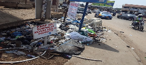 Photo of rubbish heaped in a part of  the Avenor road