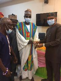 Sarki Abdul Kadiri receiving his award