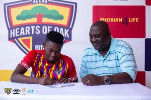 Manaf Umar signing his contract