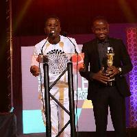 Mustapha Nii-Okai Inusah (L) wins entertainment journalist of the year