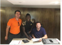 Elvis Sakyi (M) with management of his new team