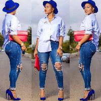 Akosua Vee rocking her destroyed jeans