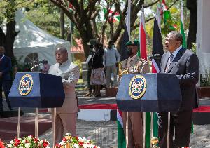 President Uhuru Kenyatta (right) at a joint press briefing with visiting Burundian president