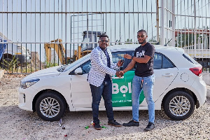 The driver receiving his car from the Bolt team