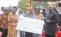Vice President Dr. Mahamudu Bawumia awarding best teachers award