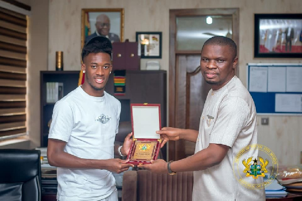 Callum Hudson-Odoi with Sports Minister Mustapha Ussif