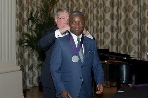 Dr. Kofi Boahene receiving an award from the University of Central Arkansas