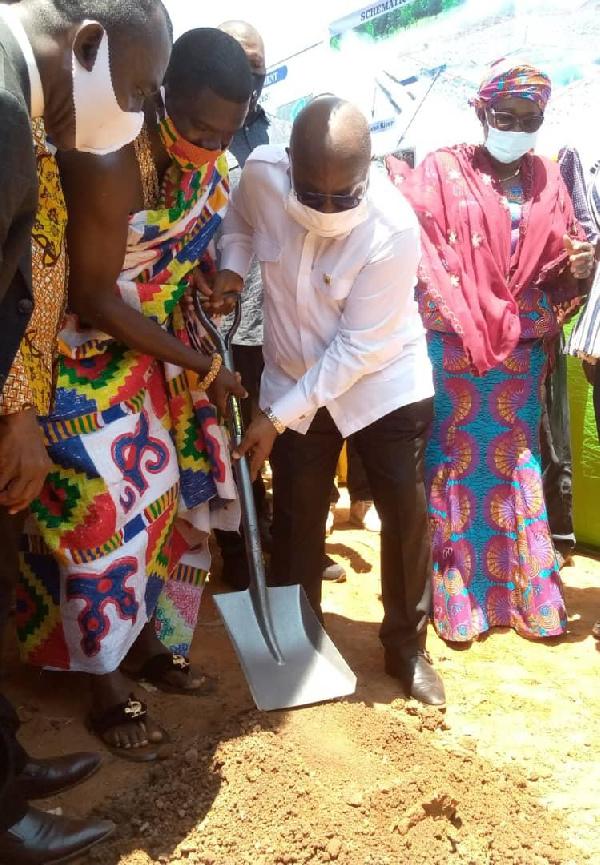 Akufo-Addo cuts sod for Nsukwao drainage improvement system