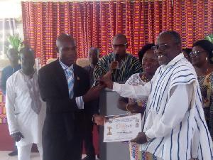Jaballi Alli Mensah receiving his certificate