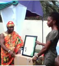 Ofankor Mantse, Nii Kortey Boi II, presenting an award to a nurse