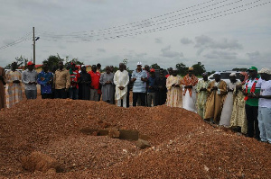 Veep Praying At Late Naaba´s Grave3