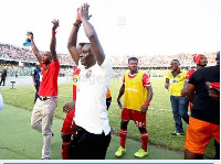 Michael Osei and his players saying Thank You to the fans. (Photo credit: Senyuiedzorm Awusi Adadevo