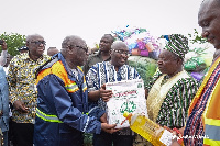 Vice President, Dr Mahamudu Bawumia distributing food items to flood victims