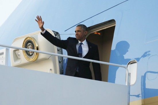 Obama enters the airforce one to fly to Kenya