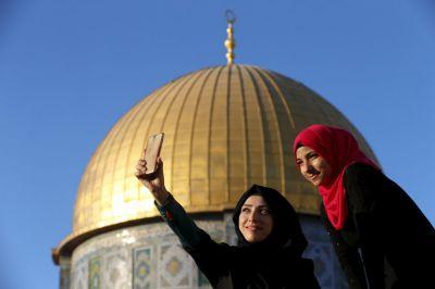 Photos: Palestinians connect with Al Aqsa through selfies
