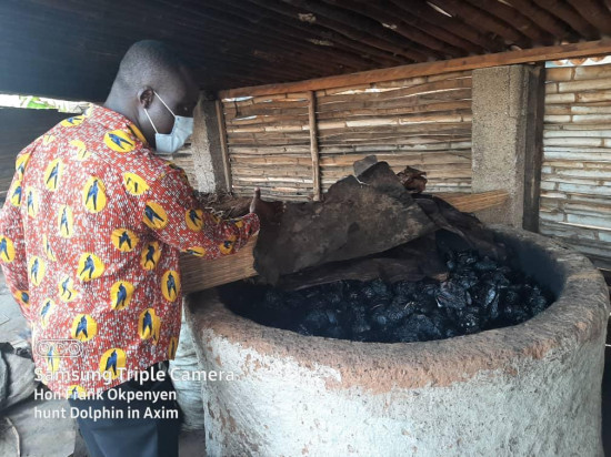 PHOTOS: Smoked dolphins seized as MCE swoops on Axim fishmongers. 11